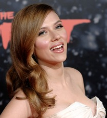 """Scarlett Johansson, a cast member in """"The Spirit,"""" arrives at the premiere of the film in Los Angeles, Wednesday, Dec. 17, 2008. (AP Photo/Chris Pizzello)"""